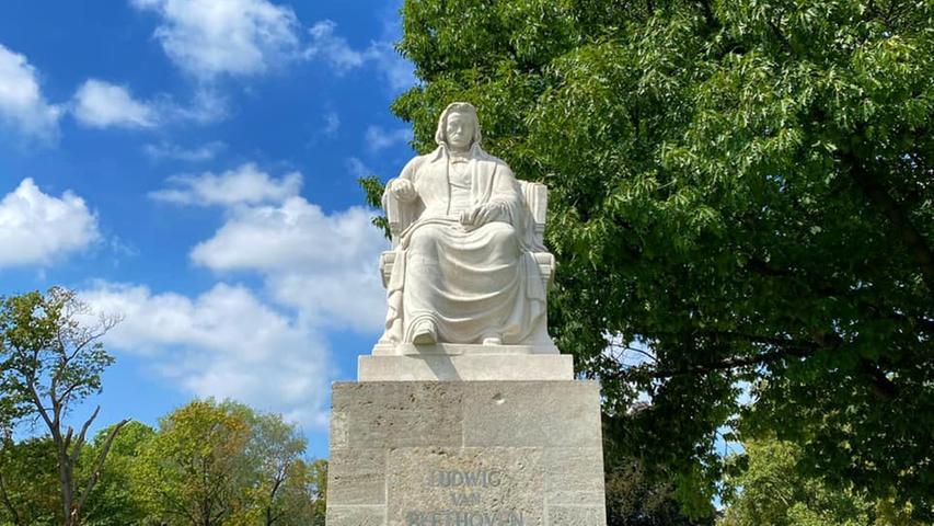 Die Ludwig van Beethoven Statue im Zentrum der Grünanlage am Hallertor ist beeindruckend und einen Besuch wert.