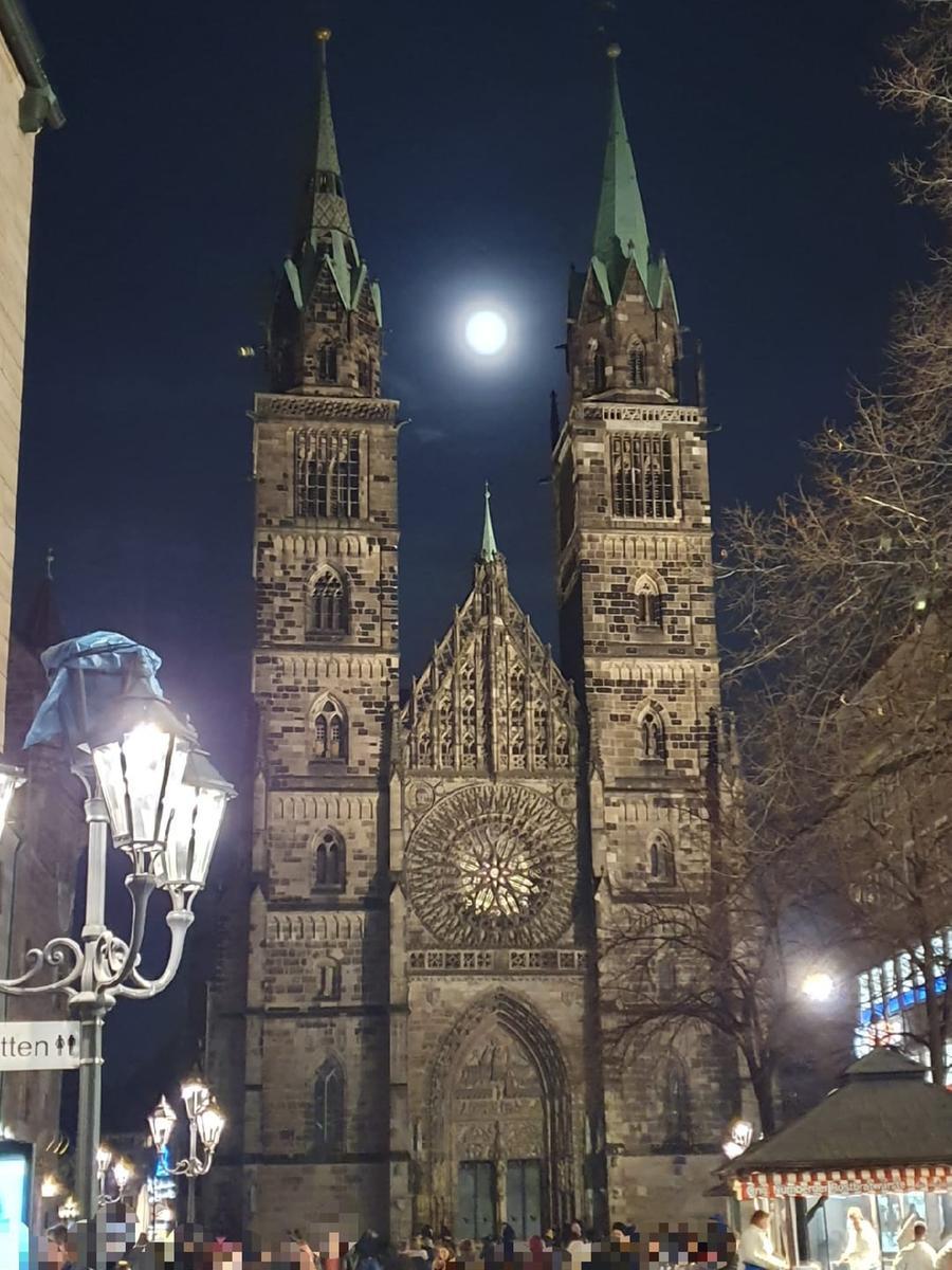 Die Lorenzkirche im gotischen Baustil bei Vollmond