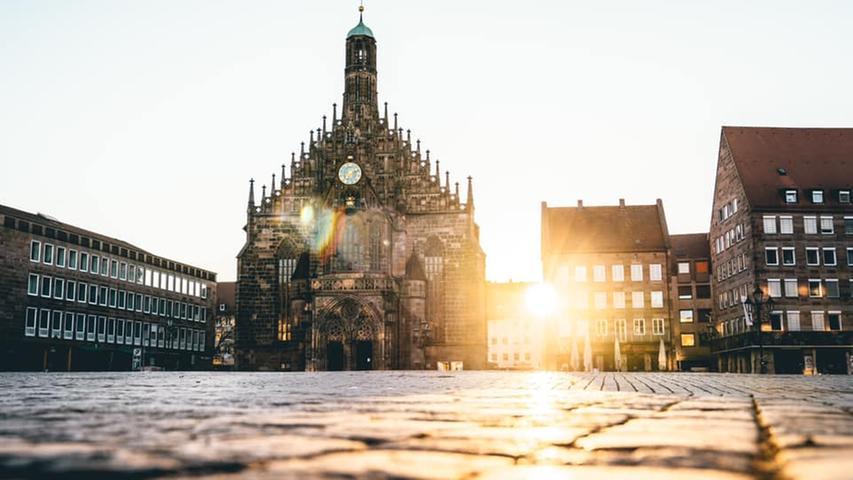 Der Hauptmarkt samt Frauenkirche erstrahlt in der Morgensonne.