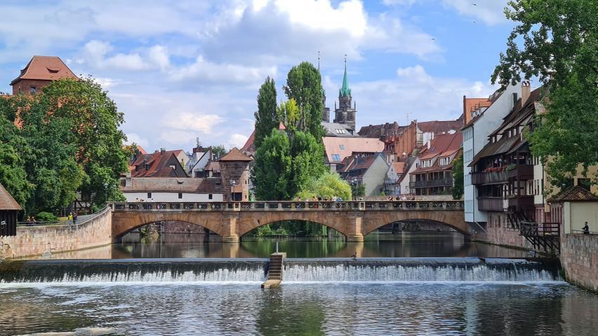 Der Blick auf die Maxbrücke und das Nägeleinswehr und dahinter das Henkerhaus.