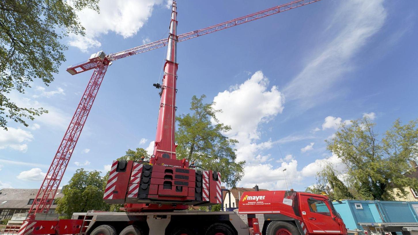 """In schwindelnder Höhe wird der mit Gegengewichten versehene Ausleger an den eigentlichen Kran """"angedockt"""". Die Konstruktion kann zwölf Tonnen heben."""