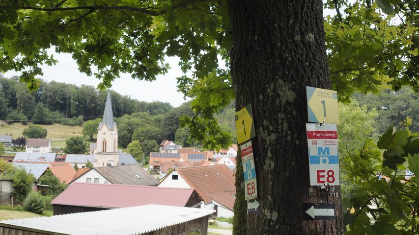 In Windischhausen verabschieden wir uns vom Fernwanderweg E8 und vom Main-Donau-Weg und folgen nun der Treuchtlinger Wirtshausrunde (grüne 1 auf gelbem Grund).
