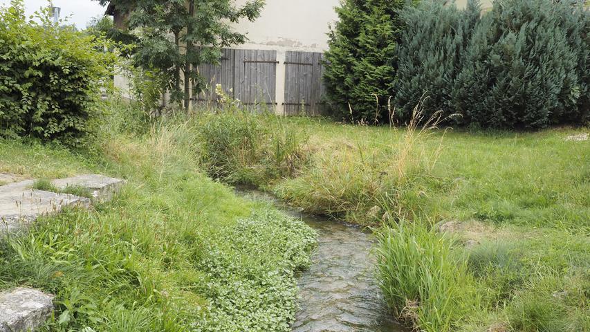 Durch Windischhausen fließt die Rohrach, in der Nähe lädt ein Gasthaus an den Wochenenden zur Einkehr ein.