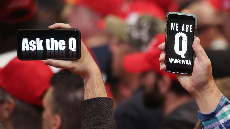 """""""Frag Q"""" und """"Wir sind Q"""" steht auf den Smartphones dieser US-Bürger, die sie während einer Veranstaltung von US-Präsident Donald Trump in die Höhe halten."""