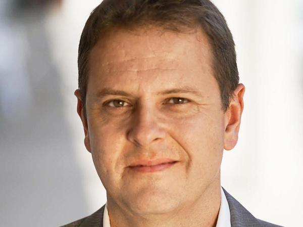Michael Butter ist Professor für amerikanische Literatur und Kulturgeschichte an der Universität Tübingen. Zu seinen Forschungsschwerpunkten gehören Verschwörungstheorien, dazu leitet er derzeit ein EU-Forschungsprojekt. Er gilt als anerkannter Experte auf diesem Gebiet und hat sich auch als Buchautor einen Namen gemacht.