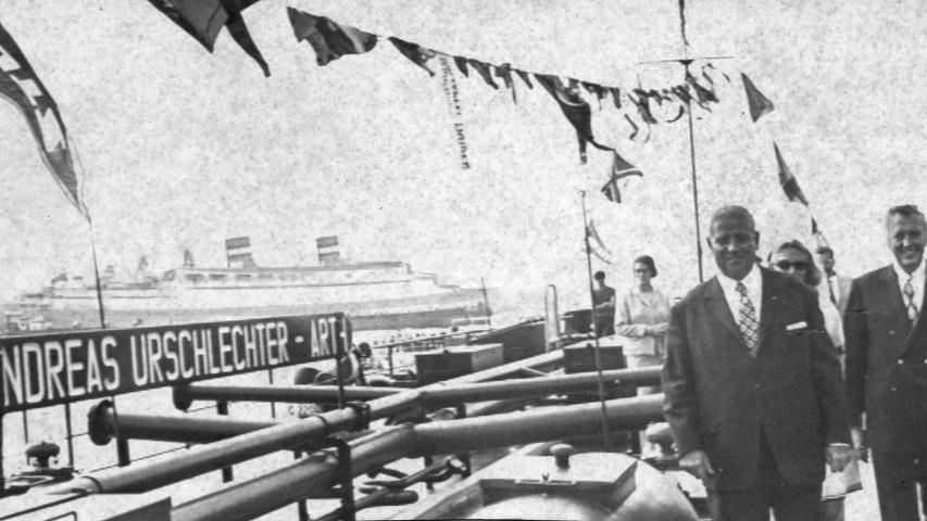 """""""Andreas Urschlechter"""" schwimmt seit heute von Rotterdam nach Basel und zurück. Für das Tankmotorschiff mit dem Namen des Oberbürgermeisters in großen Lettern am Bug beginnt damit der Alltag, der es zwischen den Niederlanden und der Schweiz pendeln lassen wird.Hier geht es zum Kalenderblatt vom 25. August 1970: """"Urschlechter"""" geriet ins Schwimmen"""
