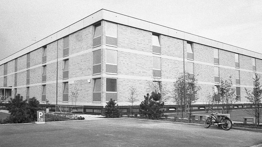 Die 103 Niederbronner Schwestern, die im Theresienkrankenhaus die Patienten betreuen, haben endlich moderne Einzelzimmer in ihrem neuen, atriumförmigen Wohnheim bezogen.Hier geht es zum Kalenderblatt vom26. August 1970: Heim für die Schwestern