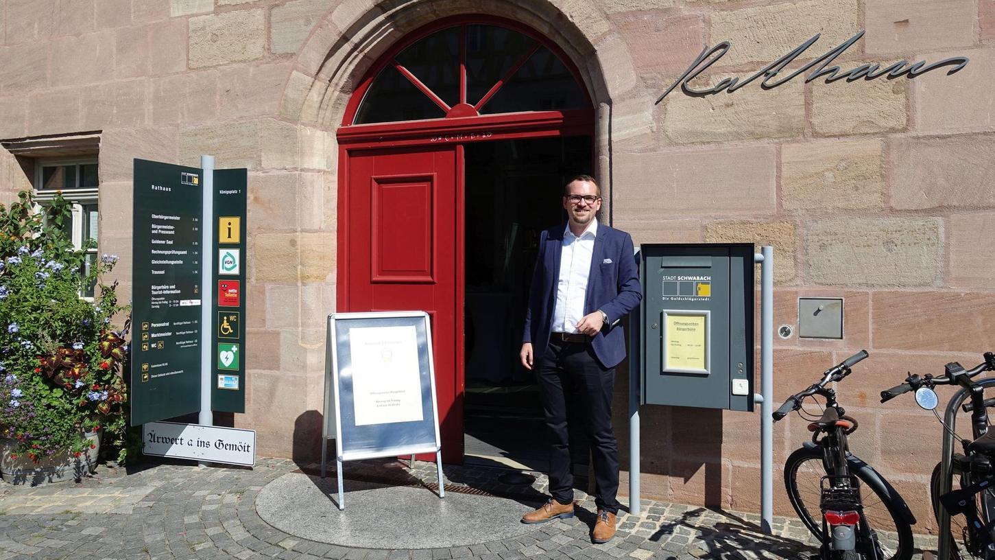 Oberbürgermeister Peter Reiß (SPD) freut sich darüber, dass die Tür zum Schwabacher Rathaus wie andernorts auch zwischenzeitlich wieder offen stehen kann. Das dortige Bürgerbüro wird seitdem so oft in Anspruch genommen wie nie zuvor.