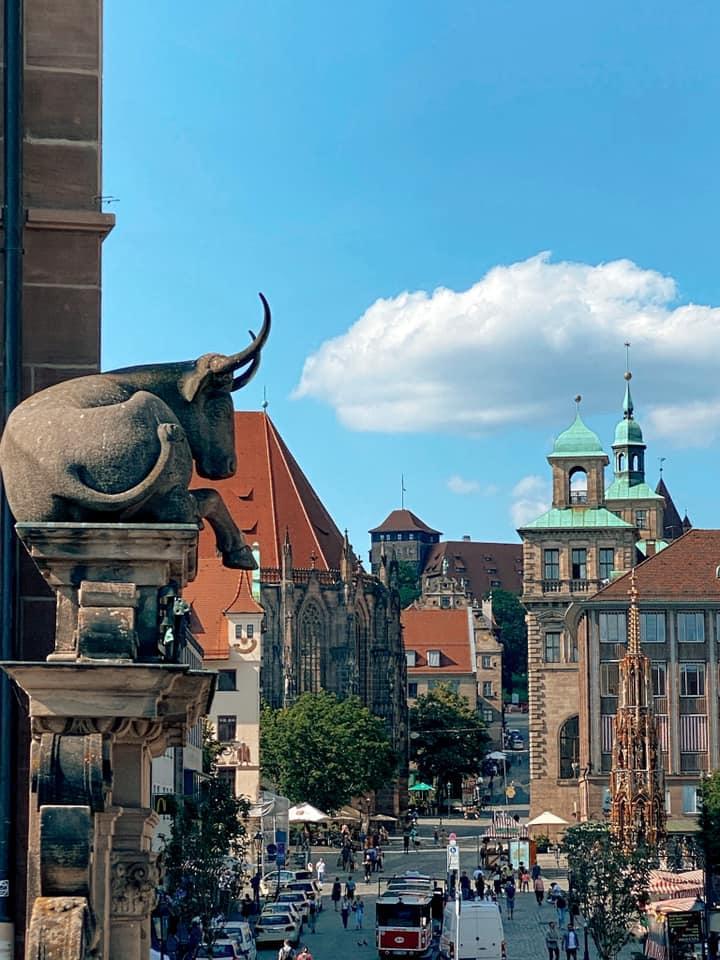 Das Ochsenportal: Am Rande der Fleischbrücke thront eine Ochse auf einem Durchgang mit Blick auf den Hauptmarkt.