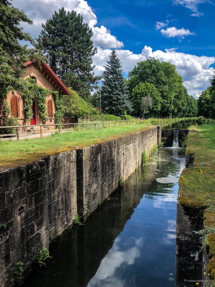 Das strahlende Blau und das saftige Grün beim Alten Kanal laden zum Verweilen ein.