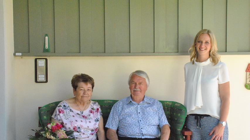 """Auf 60 Ehejahre blicken Elisabeth und Horst Weiskopf in Dobenreuth zurück. Beide haben ihre Wurzeln in den deutschen Ostgebieten und kamen im Kindesalter als Vertriebene in die Region. Elisabeth (80) hatte ihre erste Bleibe in Kunreuth, Horst (83) verschlug es nach Dobenreuth. """"Sie war mir schon als Kind aufgefallen, näher kennen gelernt haben wir uns dann in Kunreuth beim Tanz"""", erinnert sich Horst, der beruflich in der Folgezeit zeitweise nach Frankfurt musste. """"Wir schrieben uns aber öfter"""", sagt der gelernte Maler und Lackierer noch heute über die Anfangszeit ihres gemeinsamen Lebens. In späteren Jahren arbeitete er 13 Jahre lang als Metall-Lackierer und 22 Jahre als Zusteller bei der Post. Nach der Verlobung 1958 folgte 1960 die Hochzeit in der Pfarrkirche in Dobenreuth. """"Ich arbeitete damals einige Jahre im Haushalt und später 25 Jahre bei Weber und Ott"""", sagt Elisabeth. Das gemeinsame Haus hat Horst 1953 gebaut, """"1968 haben wir es dann erweitert, da waren unsere Töchter Birgit und Angela bereits auf der Welt."""" Neben der Arbeit im Garten hatten die Beiden Wandern, Singen und Reisen als gemeinsames Hobby. Die Wanderwege rund um St. Johann in Tirol sind ihnen bestens bekannt. Horst ist seit 67 Jahren im Gesangverein, Elisabeth seit 45 Jahren. Reisen mit der Bahn durch ganz Europa standen gemeinsam mit dem VdK auf dem Programm. Dass sie ihre Hobbys krankheitsbedingt heute nicht mehr pflegen können, hat ihrer positiven Lebenseinstellung nicht geschadet, wovon sich zahlreiche Besucher zum Jubiläum überzeugen konnten. Für die Gemeinde überbrachte Bürgermeisterin Elisabeth Simmerlein die Glückwünsche und ein Geschenk. Für den Landkreis gratuliert der stellvertretende Landrat Otto Siebenhaar."""