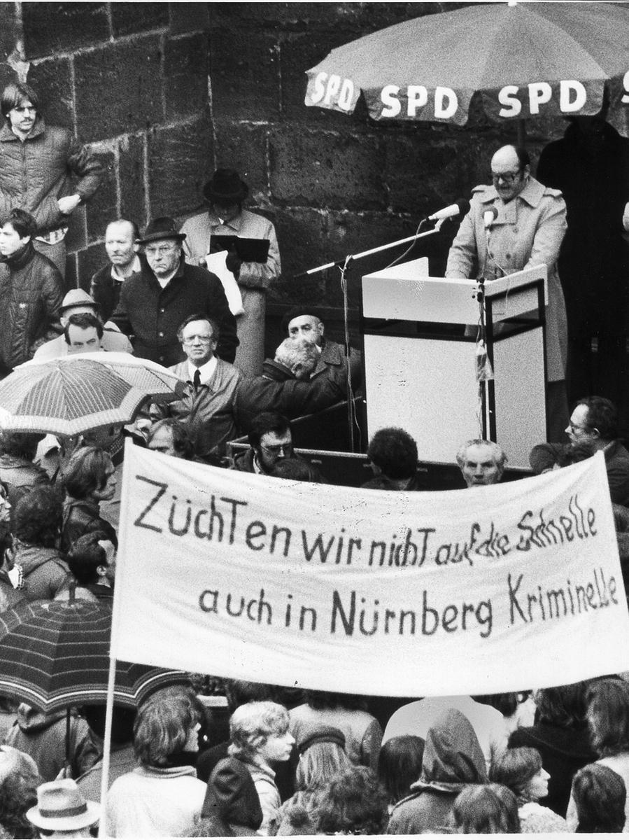Wenig später bedauerte jedoch der Nürnberger CSU-Landtagsabgeordnete Günther Beckstein, dass sich unter den Inhaftierten auch unschuldige Personen befanden. Weiterhin wurden alle volljährigen Personen freigelassen, die ihre Teilnahme an der Demonstration offen darlegten. In der Bevölkerung äußerte sich die Empörung über dieses harte Vorgehen der Polizei in weiteren Demonstrationen. An diesen Protestaktionen nahm auch Nürnbergs damaliger Bürgermeister Willy Prölß teil, der hier zu sehen ist.