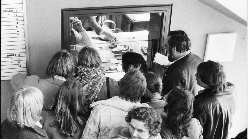Am 24. November 1981 wurde der Prozess ausgesetzt. Der damalige Justizminister Karl Hillermeier entzog den ermittelnden Staatsanwälten die Zuständigkeit für das Verfahren. Im darauffolgenden Jahr stellte das Landgericht Nürnberg die Prozesse endgültig ein, da das Gericht den Vorwurf des Landfriedensbruchs als nicht mehr nachweisbar sah. Den Inhaftierten wurde eine Entschädigung von zehn Mark pro Hafttag gezahlt. Auch die Elterninitiative der inhaftieren Jugendlichen, hier im Bild zu sehen, verfolgte den Prozess.