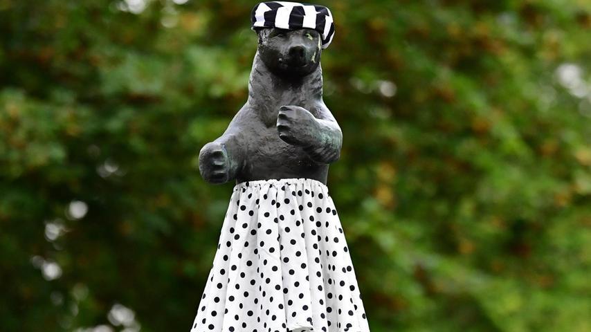 Die Bärin im Rockabilly-Outfit: Heimlich soll sie sogar an Elvis' Hüftschwung üben, sagt man so in Neumarkt.