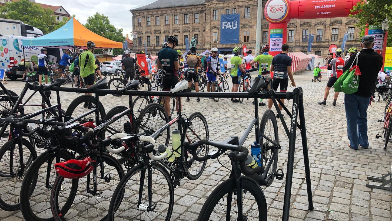 Den fahrbaren Untersatz haben die Oberbürgermeister schon, jetzt müssen sie nur noch mitradeln: Florian Janik und Marcus König starten am Sonntag mit anderen Radsport-Begeisterten am Erlanger Marktplatz eine gemeinsame Gruppen-Ausfahrt.