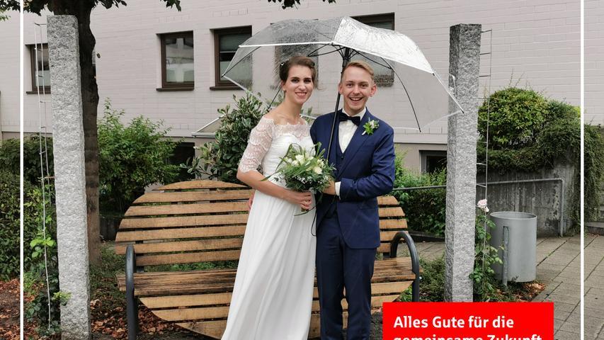 Vor zwölf  Jahren lernten sich Lara Ammon und Felix Kirschner (beide 28) kennen und sind seit 2012 ein Paar. Am Samstag gaben sie sich im Deutschordensschloss vor der Standesbeamtin Marlies Kolbe das Jawort. Nach der Trauung gratulierten neben der Familie und Freunde auch die Reitfreundinnen vom Reiterhof aus Tyrolsberg mit einem Spalier. Nach einem Gläschen Sekt mit den besten Wünschen auf das Brautpaar ging es nach Feucht wo die kirchliche Trauung stattfand. Anschließend ging es im Konvoi in das Ziegenhof-Cafe Deß nach Freystadt zum Feiern. Ihren Lebensmittelpunkt haben die Frischvermählten seit 2018 in Postbauer-Heng. Zum Foto ging es zur Herzl-Bank neben dem Rathaus Postbauer-Heng welches Lara und Felix vor einigen Monaten, als sie ihr Aufgebot aufgaben,  mit Bürgermeister Horst Kratzer und seinen Stellvertreterinnen Angelika Herrmann und Gabriele Bayer eingeweiht hatten. reh