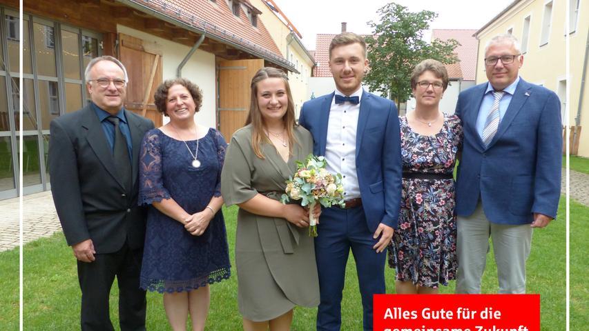 Ihre Liebe zueinander besiegelten die Brautleute Franziska Stöckl aus Freystadt und Jürgen Stöckl aus Untermässing mit dem Eheversprechen im Freystädter Standesamt. Im Künstlertreff des Spitals fand die Trauungszeremonie statt, die Standesbeamter Martin Harrer geleitet hat. Auf dem Spitalvorplatz grüßten die Fußballer des TSV Meckenhausen, bei denen der Bräutigam seit vier Jahren aktiv mitkickt, die Arbeitskolleginnen der Braut von der Heliosklinik Berching und Freunde mit einem Spalier, überreichten Blumen und Geschenke. Im Anschluss stießen alle mit dem Brautpaar auf eine glückliche Zukunft an. Gefeiert wurde im kleinen Rahmen im Elternhaus der Braut, wo sich das junge Paar häuslich eingerichtet hat. Die 24-jährige Altenpflegerin und der zwei Jahre ältere Softwareentwickler, die zufällig den gleichen Nachnamen haben, lernten sich vor knapp sieben Jahren auf dem Sportplatz der DJK Rohr kennen und gehen seither ihre Wege miteinander. as