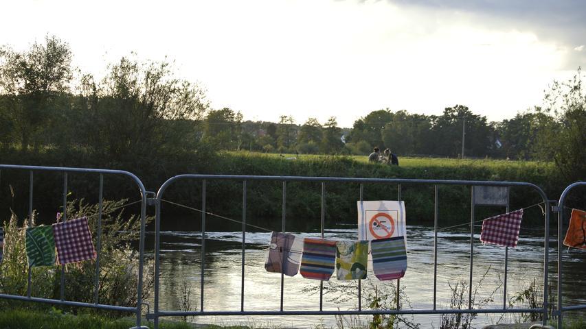 Zur Sicherheit des Publikums ist der Uferzugang zum Fluss gesperrt.