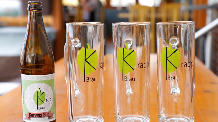 """In der Alterlanger Gaststätte """"Drei Linden"""" schenkte Bierbrauer Marco Krapp pünktlich zur Kerwa 2020 eine Sonderedition aus."""