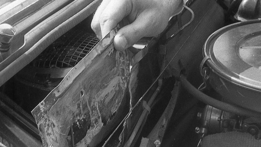 """Nürnbergs Kripo ist einem raffiniert ausgeklügelten System auf die Spur gekommen, mit dem """"Fachleute"""" gestohlene Autos umfrisieren und mit falschen Papieren für teures Geld weiterverkaufen. Hier geht es zum Kalenderblatt vom 27. August 1970:Ausgekochten """"Auto-Friseuren"""" das Handwerk gelegt"""