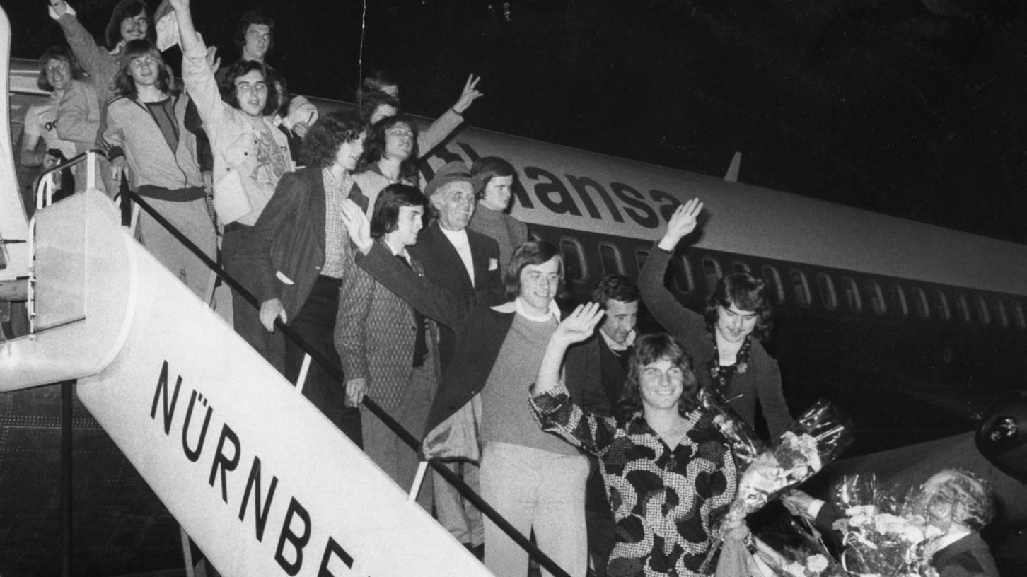 Erfolgreiche Rückkehrer: Nach dem Gewinn der Meisterschaft wurde die Club-Jugend von Präsident Hans Ehrt und Geschäftsführer Willy Kallert mit Blumensträußen am Nürnberger Flughafen empfangen.