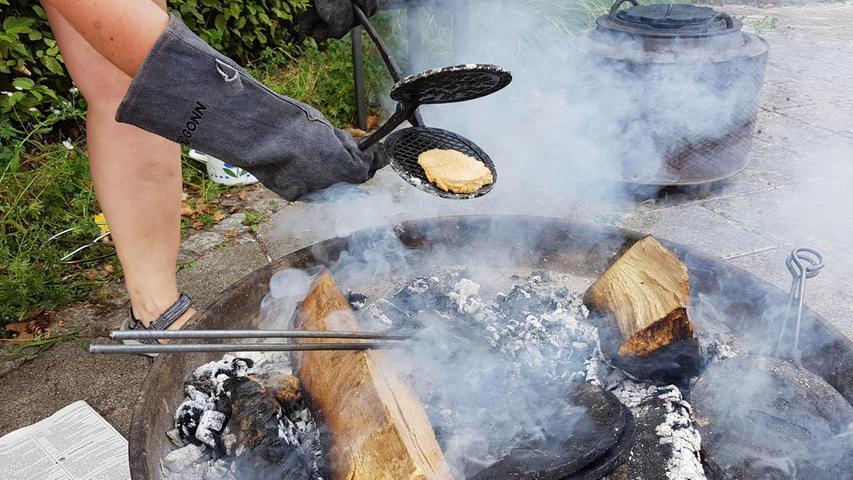 """Doppelt heiß wurde es beim Ferienprogramm in Allersberg unter dem Motto """"Waffeln backen auf dem Feuer"""". Den Artikel dazu lesen Sie hier!"""