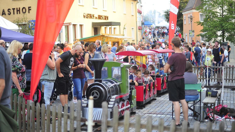 Viele Menschen, dicht gedrängt in der Höchstadter Altstadt: Was im vergangenen Jahr selbstverständlich war, ist in Coronazeiten leider nicht vorstellbar. Vielen Höchstadter Vereinen bricht eine wichtige Einnahmequelle weg, weil das Altstadtfest ausfällt.