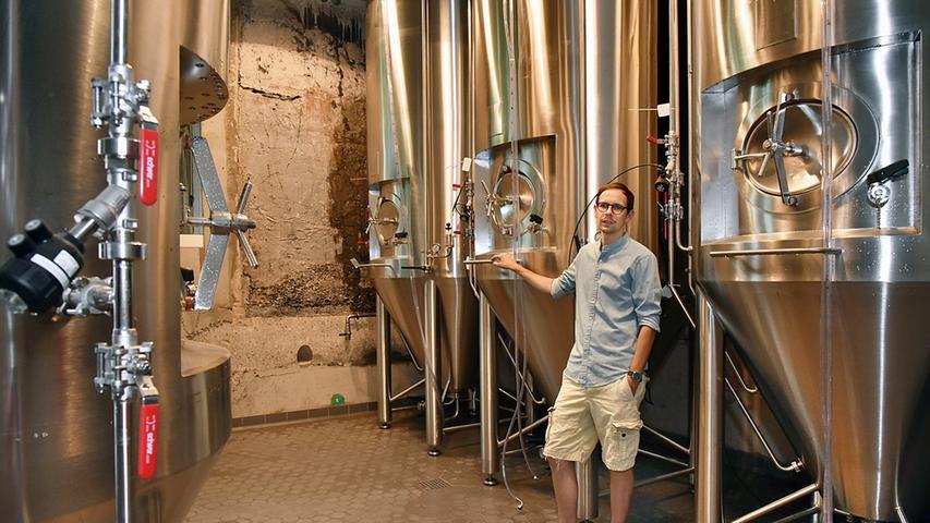 """""""Sein"""" Bier befindet sich auf dem Entlas-Keller im Ausschank, auch wenn dieses Bier nicht in Erlangen, sondern derzeit noch nach seiner Rezeptur bei einer befreundeten Brauerei in Memmelsdorf bei Bamberg entsteht."""