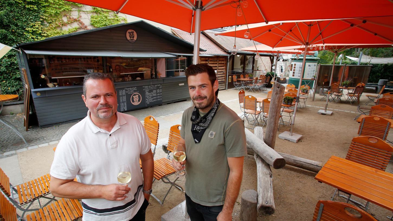 Horst Dornberger (links) und Steffen Kaußler laden in den