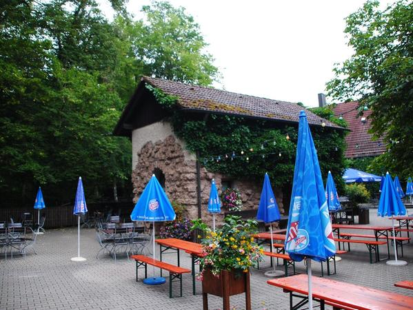 Der Biergarten der Waldschänke Brückkanal. Das Haus im Hintergrund ist das ehemalige Schleusenhaus. Es wurde aus Bruchsteinen gemauert und später aufgestockt.