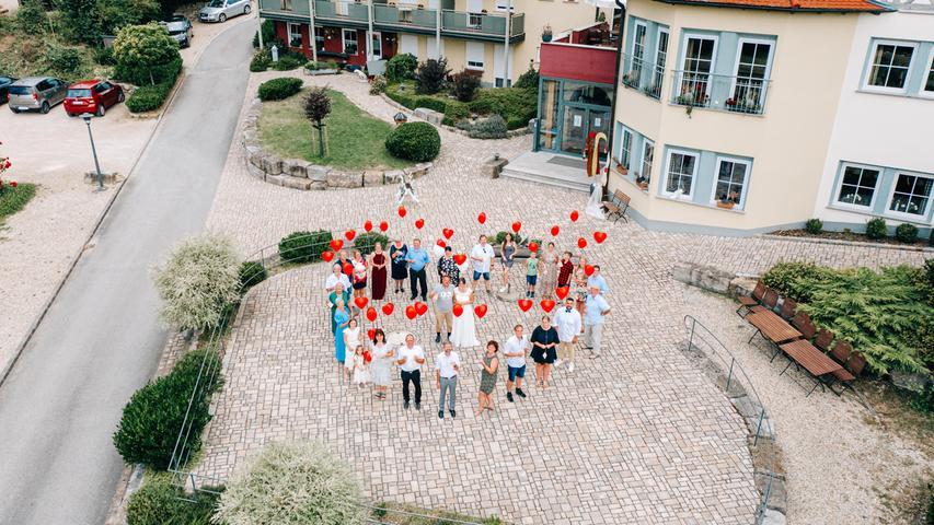 Carina und Bernd haben in Litzendorf geheiratet. Das Hochzeitsfoto hat der Forchheimer Fotograf Marc Wayne Schechtel mit einer Drohne aus der Luft aufgenommen.