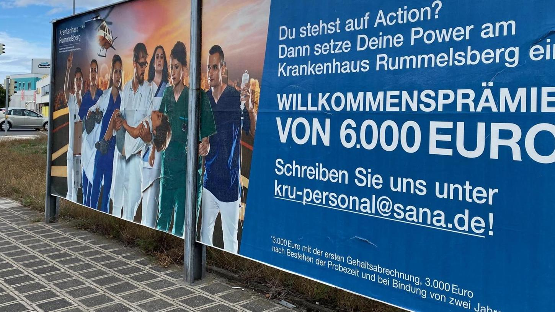 Auf Plakaten wie diesem lockt das Krankenhaus Rummelsberg im Umfeld der Schön-Klinik deren Personal mit Willkommensprämien.
