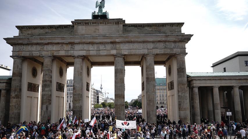 29.08.2020, Berlin: Teilnehmer einer Demonstration gegen die Corona-Maßnahmen sammeln sich am Brandenburger Tor. Foto: Michael Kappeler/dpa +++ dpa-Bildfunk +++