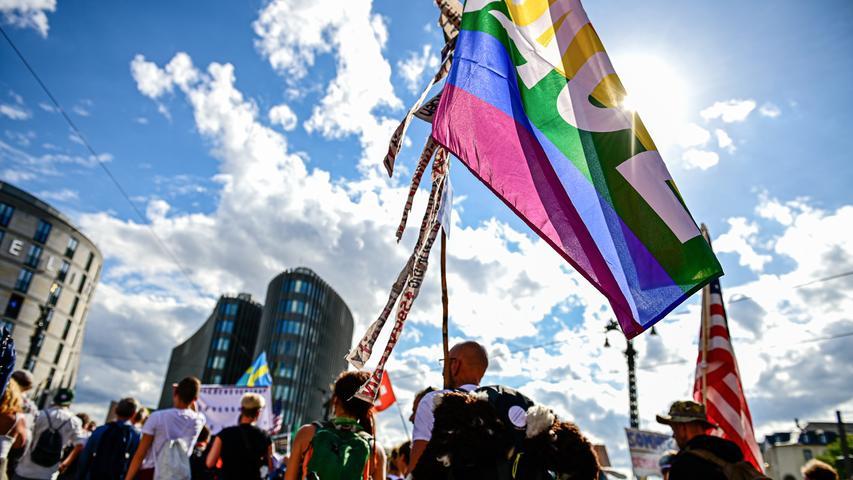 29.08.2020, Berlin: Teilnehmer einer Demonstration gegen die Corona-Maßnahmen ziehen mit Fahnen durch die Stadt Foto: Fabian Sommer/dpa +++ dpa-Bildfunk +++