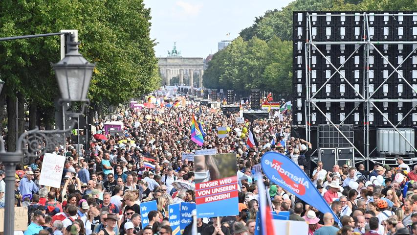 Participants gather on the 17. Juni avenue in Berlin at the end of a demonstration called by far-right and COVID-19 deniers to protest against restrictions related to the new coronavirus pandemic, on August 29, 2020. - At the start of August, a similar
