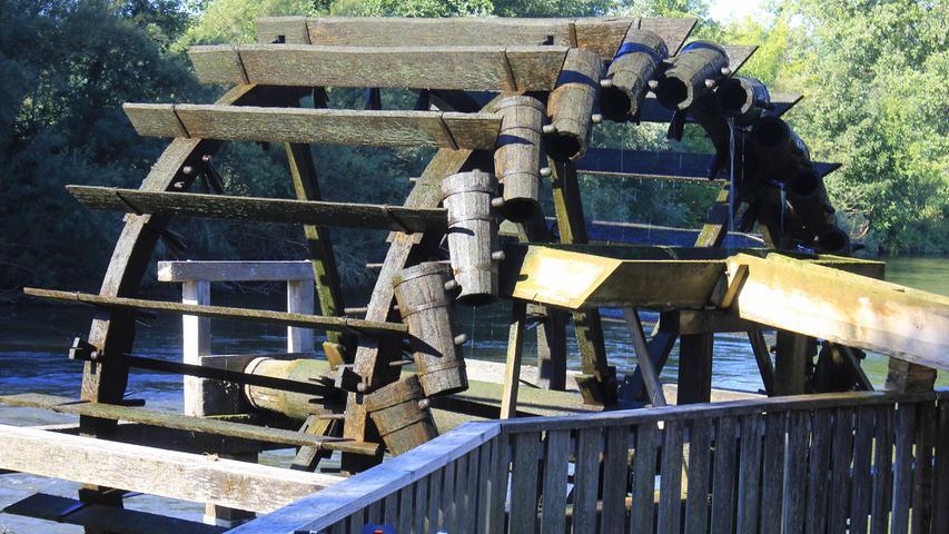 Das Rad mit seinen hölzernen Schöpfeimern wurde 1991 von den Zimmermännern Zacharias Gegner und Gerd Roth am Standort eines historischen Wasserrades aufgestellt und ist heute ein beliebter Pausenplatz.