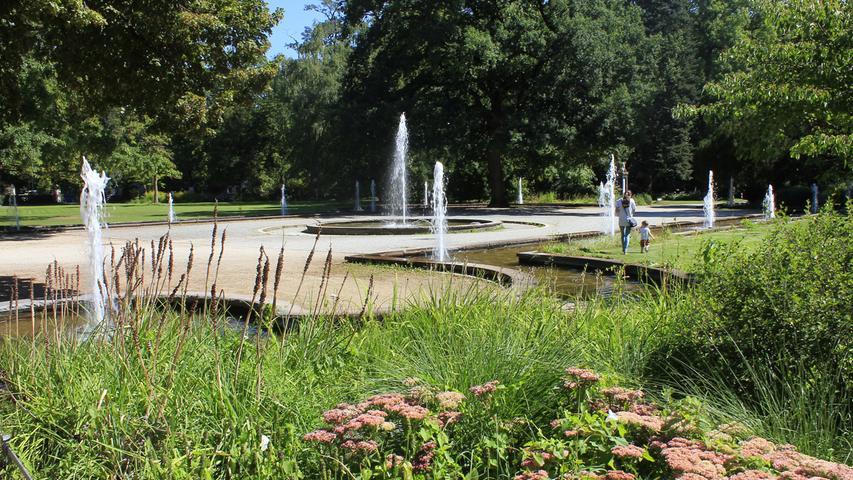 Ein paar Meter weiter kann man im Fontänenhof den Wasserspielen beim Tanzen zusehen.