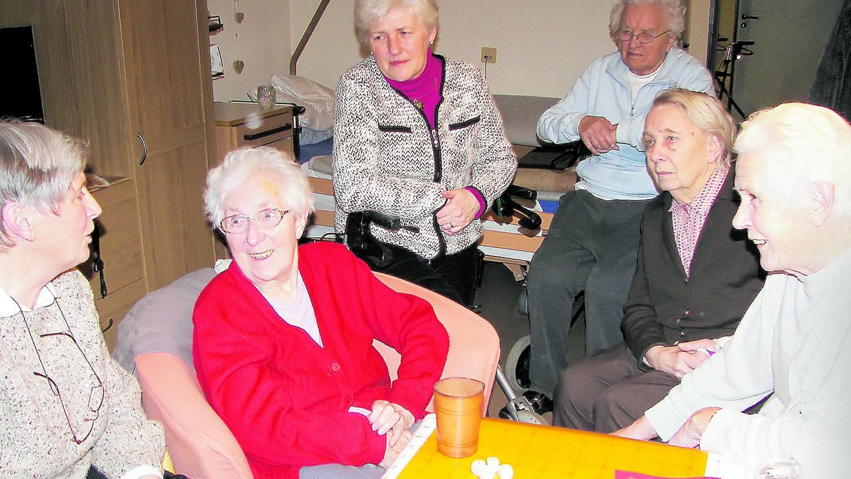 Edith Roppel (ganz links) und Katharina Fuss (Dritte von links) vom evangelischen Besuchskreis besuchen die Heimbewohner im Liebfrauenhaus und spielen mit ihnen Würfel oder unterhalten sich.