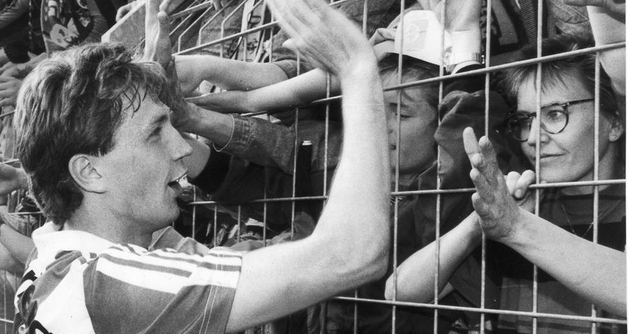 Zum Abschluss der 80er Jahre gab der Club seinen Fans schon einen kleinen Vorgeschmack auf das, was im kommenden Jahrzehnt folgen sollte! Die Saison 1988/89 beendete der FCN punktgleich mit drei weiteren Teams auf Rang 14. Einzig das Torverhältnis verhinderte einen Abstieg in Liga zwei. Reiner Wirsching, der bei seinem Debüt am 18. Spieltag gegen St. Pauli doppelt getroffen hatte, konnte mit den Fans feiern.