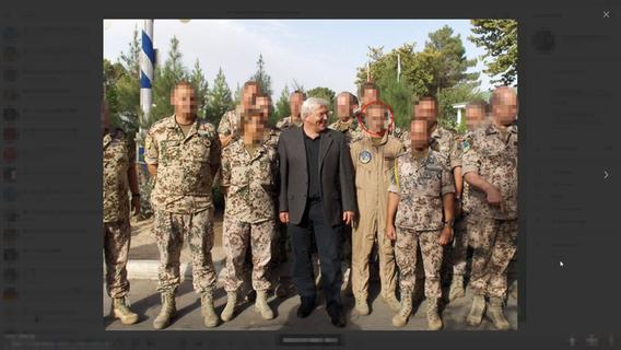 """""""Sie werden noch richtig bluten."""" Bei einem Truppenbesuch des früheren Außenministers Steinmeier stellte sich Ronny B. (Kreis) lachend neben den Politiker."""