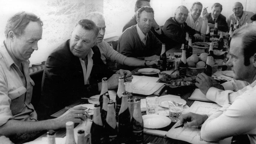 Die heimischen Brandspezialisten luden ihren berühmten Kollegen (Paul Adair Zweiter von links) zu einer deftigen Brotzeit ein, bei der auch das heimische Bier nicht fehlen durfte.
