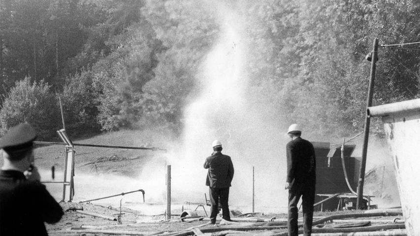 Der weltberühmte Feuerwehrmann aus Texas sah sich die Situation aus nächster Nähe an. Nach wie vor kühlte die Feuerwehr die Brandstelle mit einem Wasserschleier.