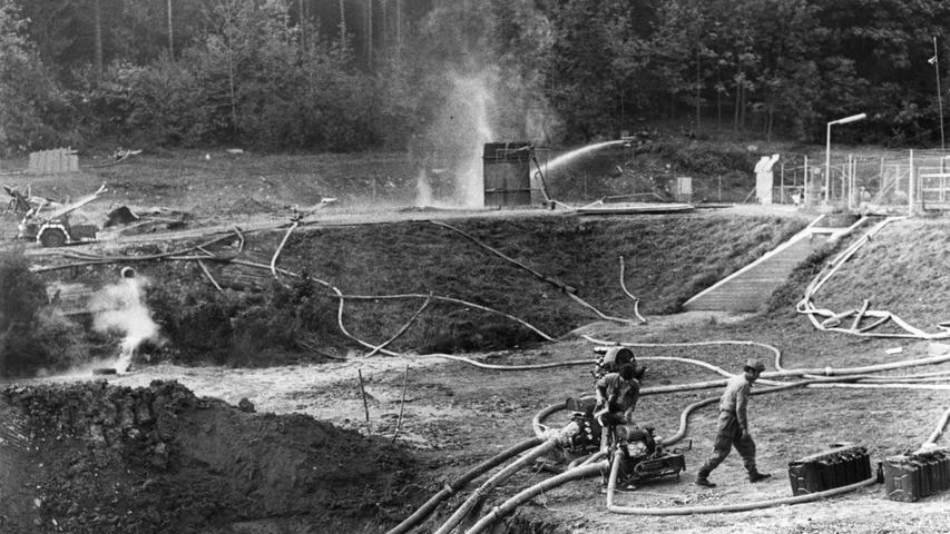 Auch Adair griff auf Schwerspat zurück. Mit der doppelten Menge wollte er die Gaszufuhr endgültig stoppen. Techniker bereiteten den nächsten Versuch vor.