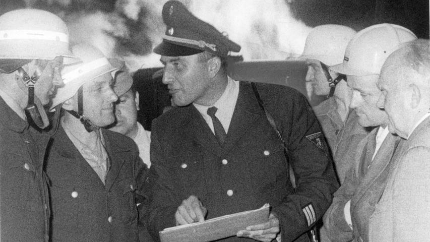 Den Feuerwehren unter der Leitung vonBranddirektor Michael Bauer aus Nürnberg (Mitte) gelang es zwar, die Flammen unter Kontrolle zu bekommen, aber nicht sie zu ersticken. Zeitweise waren die Wehren mit bis zu 350 Männern vor Ort. Glücklicherweise bestand keine Explosionsgefahr.