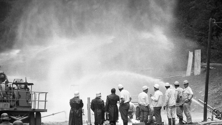 Ein dichter Wasserschleier vernebelte den Brandherd.