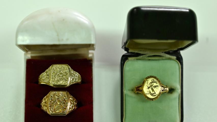 Die Siegelringe zeigen das Wappen der Familie Greiner. Einer der ursprünglich vier Ringe ist verschollen.