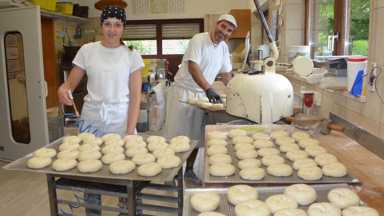 """Vom Praktikum zur Ausbildungsstelle: Sina Wendland hat am 1. September ihre Ausbildung zur Bäckerin begonnen. Als Schülerin hatte sie schon mal zwei Wochen geschnuppert. Martin Sproßmann, Chef der gleichnamigen Bäckerei in Unterreichenbach, hat sich über ihre Bewerbung """"unheimlich gefreut"""", wie er betont."""