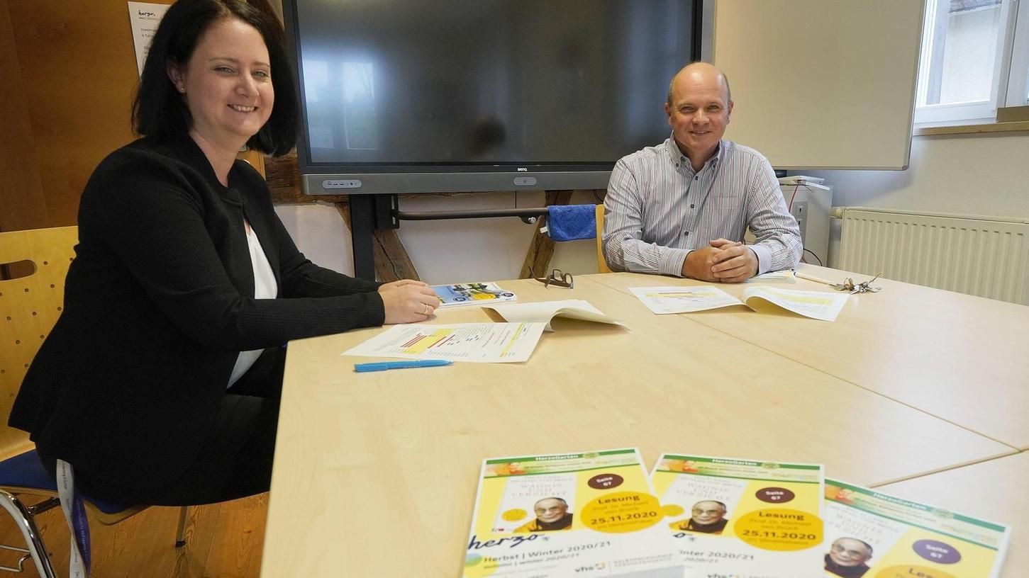 Gut lächeln haben vhs-Chef Oliver Kundler (rechts) und seine Stellvertreterin Fabienne Geißdörfer: Trotz der durch die Pandemie bedingten Einschränkungen haben sie ein ansprechendes Herbstprogramm auf die Beine gestellt – allerdings mit weniger Kursteilnehmern und höherem Online-Anteil.
