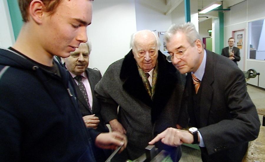 Besuch in der Lehrlingswerkstatt: Der 100-jährige Karl Diehl und Sohn Thomas (rechts) demonstrieren Nähe zur Belegschaft. Von seinen Mitarbeitern wurde der Seniorchef bis zum Schluss verehrt.