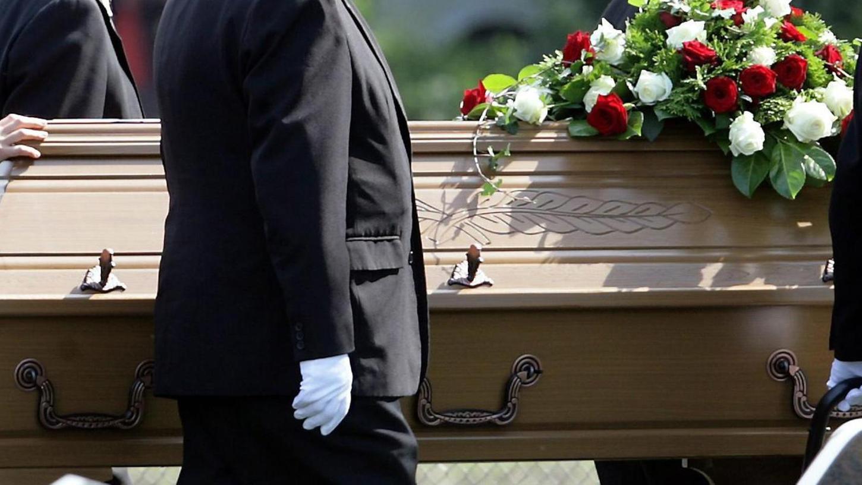 Bestatter begleiten Menschen bei der Trauer. Sie heben aber auch Gräber aus, kümmern sich um Formalitäten, begleiten und organisieren Trauerfeiern oder holen Verstorbene Menschen ab und transportieren sie. 2019 gab es in Deutschland über 5400 Betriebe im Bestattungsgewerbe. Nicht jeder Mensch ist für diesen Beruf geeignet.